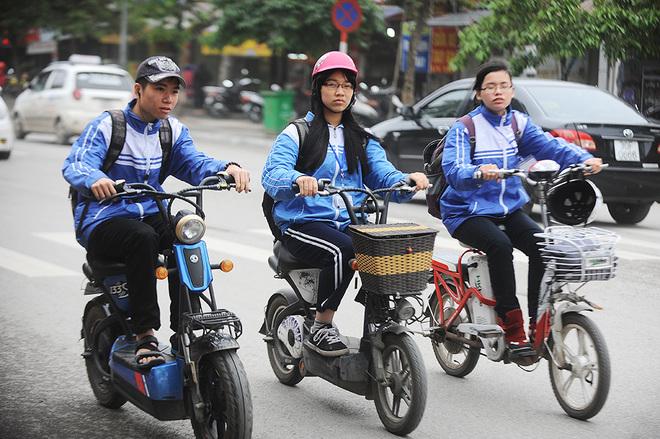 Di chuyển bằng xe điện rất an toàn và giúp các bạn học sinh đỡ vất vả hơn rất nhiều khi đến trường.