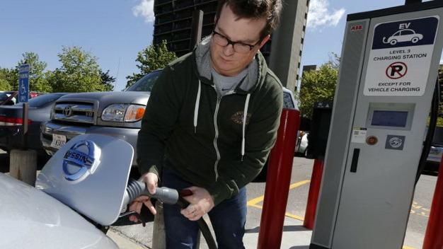 Khách hàng đang sạc xe điện Nissan Leaf 2013 tại trạm sạc nhanh ở Thành phố Salt Lake, bang Utah, Mỹ.