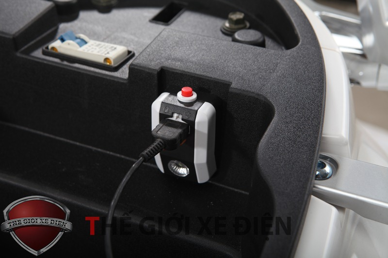 Cổng cắm sạc, USB xe máy điện Aima Pourd