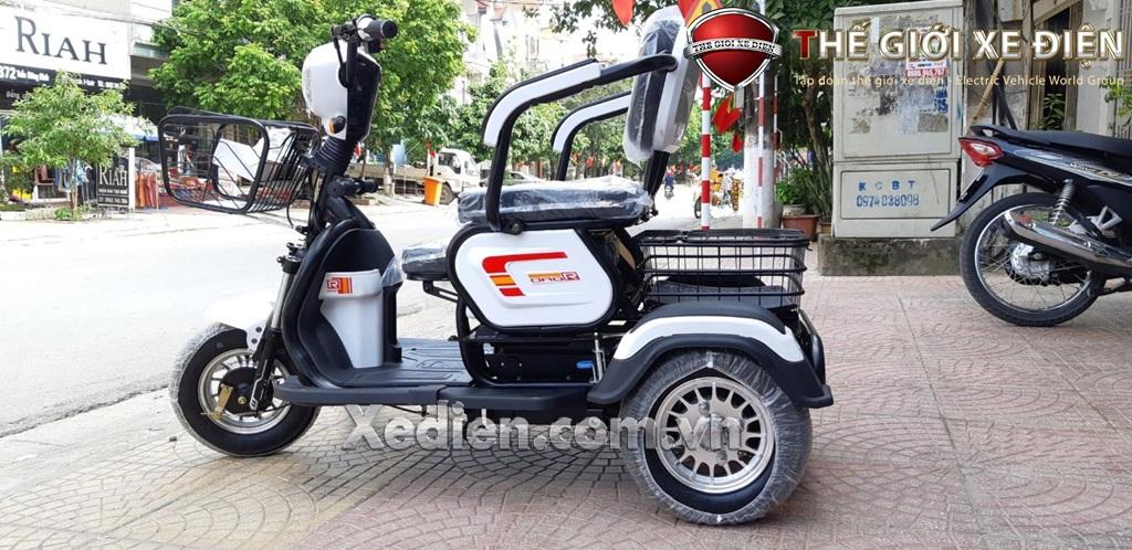 Xe điện 3 bánh màu trắng